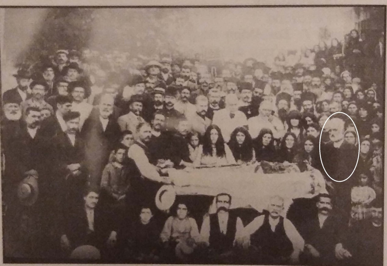 "Fig. 4. The funeral of Kostis Sakellaridis (1905). To the right, next to the deceased, is Bent's friend Frangiskos Sakellaridis. Source: M. Chiotis, ""The Roots of Our Generation"", p. 242."